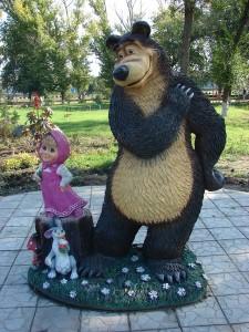Sculpture_of_cartoon_characters_Masha_and_Bear_in_Yelan_(Volgograd_Oblast)