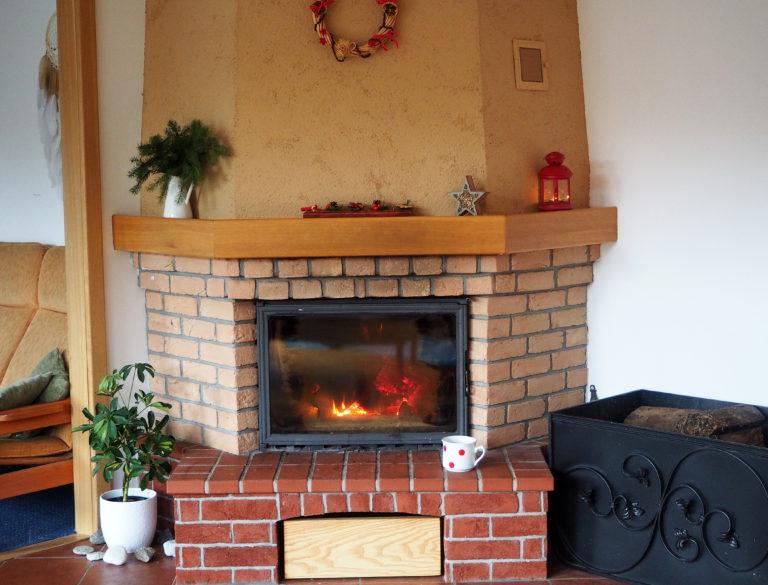 vánoční výzdoba,krb,přírodní dekorace