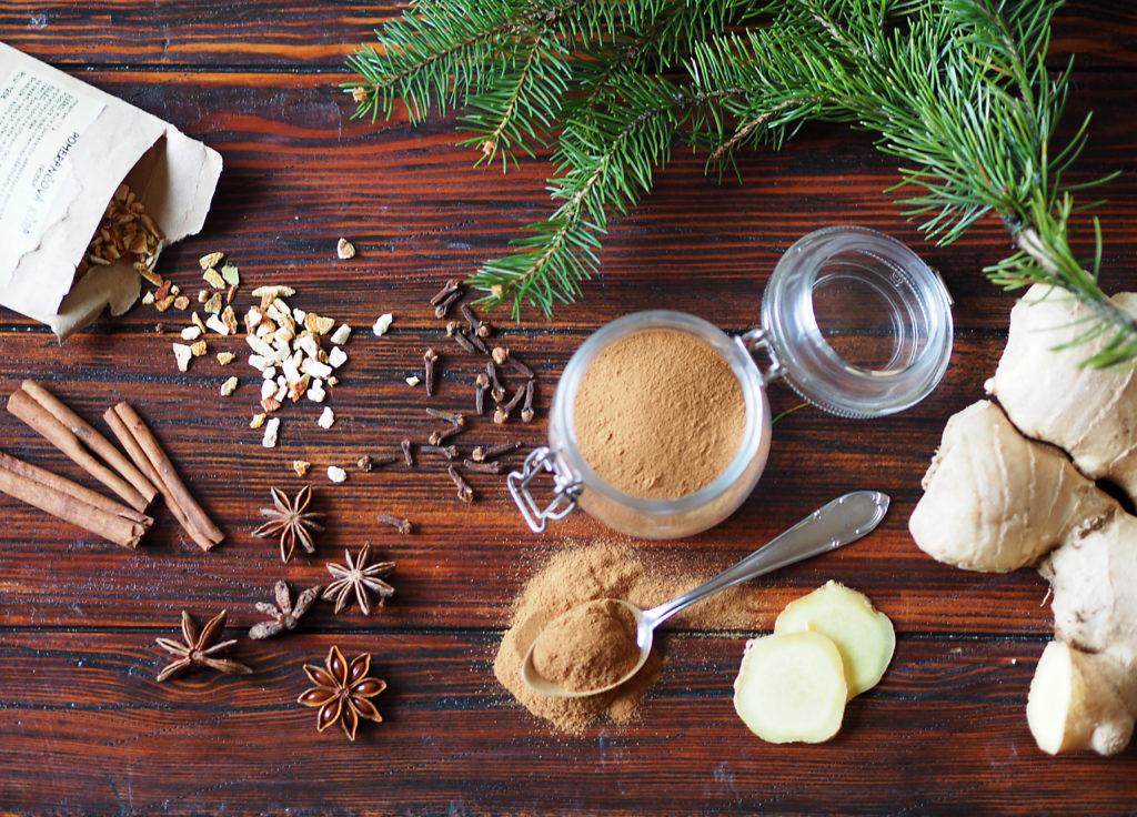 sirup,domácí,vánoční,koření,ingredience,skořice,hřebíček,zázvor,badyán